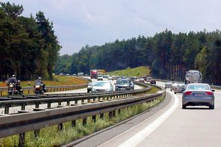 Autobahnverkehr - Autobahn, Fernverkehr, Kraftfahrzeuge, Richtungsfahrbahnen, Grünstreifen, Schutzplanken, Motorrad, Pkw, Lkw, Wald, Straße
