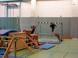 Bewegungslandschaft#6 - bewegen, Bewegungslandschaft, Sport, Aufbau, Geräte, Sprossenwand, Reck, klettern, Kasten
