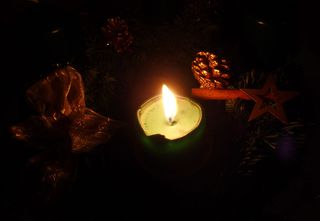 Erster  Advent - Advent, erster Advent, Kerze, Licht, leuchten, Glanz, Schatten, Tannenzapfen, Schleife, Schreibanlass, Stille, Meditation