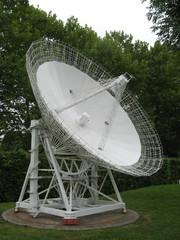 Radioteleskop Effelsberg - Radioteleskop, Radioastronomie, Astronomie, Radiowellen, Radiospiegel, Parabolspiegel, Brennpunkt, reflektieren, Messgerät