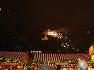 Weihnachtsmann auf der Reise in den Himmel - Weihnachtsmann, Feste, Tradition, Weihnachtsmarkt, Schreibanlass, Schlitten, fliegen