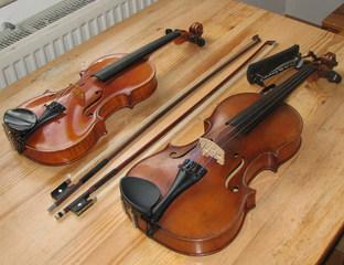Violine und Viola mit Bögen und Schulterstütze - Violine, Viola, Streicher, Streichinstrument, Streichinstrumente, Geigenbogen, Bratschenbogen, Geige, Bratsche, Schulterstütze