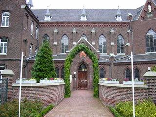 Klostereingang - Kloster, Klosterleben, Weg, Einkehr, Stille, Meditation, Pforte, Eingang, Haustor, Klostermauer, Mauer