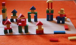 Bauklötze - Bauklötze, Spielsachen, bunt, Holz, bauen, Geometrie, Grundform, Quader, Würfel, Pyramide, Zylinder, Säule, Bausteine, spielen