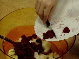 Obstsalat #4 - Obst, Obstsalat, schneiden, herstellen, zerkleinern, Banane, Weintraube, Apfel, Himbeere, Vorgangsbeschreibung, Zubereitung