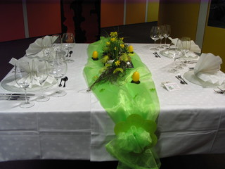Tischdeko Frühling#1 - Platzteller, Serviette, Besteck, Messer, Gabel, Dessertbesteck, Blüten, Weinglas, Tischdecke, festlich, Organza, Osterglocken