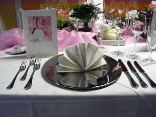 Tischdeko Hochzeit#1 - Tischdekoration, Hochzeit, weiß, rosa, Platzteller, Teller, Besteck, Messer, Gabel, Serviette, Glas, Weinglas, Menükarte