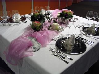 Tischdeko Hochzeit#4 - Tischdekoration, Hochzeit, weiß, rosa, Platzteller, Teller, Besteck, Messer, Gabel, Serviette, Glas, Weinglas