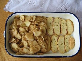Scheiterhaufen #1 - Süßspeise, Mehlspeise, süß, altbackene Semmeln, Brötchen, Apfel, Auflaufform, einschichten