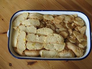Scheiterhaufen #2 - Süßspeise, Mehlspeise, süß, altbackene Semmeln, Brötchen, Apfel, Auflaufform, einschichten