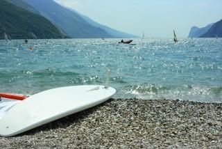 Gardasee - Gardasee, Italien, Wind, Binnensee, See, Wellen, Surfbrett, surfen, Garda, Norditalien, Kies, Kiesstrand, Strand, Freizeit