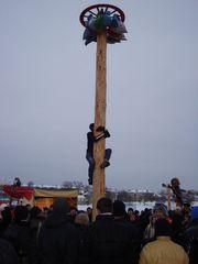 Masleniza-Pskow-Klettern und Preise sammeln - Russland, Masleniza, Brauchtum, Traditionen, Feiern, Feste, Pskow, Männer, Klettern, Feiern, Wettbewerb, Wettkampf, Gesprächsanlass
