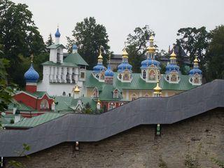 Blick auf die Klosteranlage von Petschery - Kloster, Klosteranlage, Russland, Landeskunde, Petschery, Kuppeln, Architektur, Bauweise, Gold