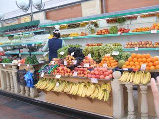 Obst- und Gemüsestand - Saratow, Russland, Einkaufen, Markthalle, Obst, Gemüse, Frückte, Landeskunde, Auslagen, Gesprächsanlass