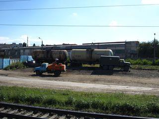 Lastwagen am Bahnhof - Russland, Ansicht, Landeskunde, Besiedlung, Industriebau, Gleise, Bahnhof, Tanker, Fahrzeuge, Laster, Kontaminierung, Umweltverschmutzung, Verschmutzung