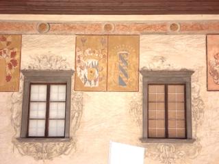 Schallaburg  #3 - Burg, Schloss, Sehenswürdigkeit, Hof, Innenhof, Fresko, Fresken, Wappen, Fenster