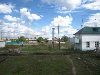 Besiedlung - Nähe Bahngleis - Russland, Dorf, Ansicht, Landeskunde, Idylle, Besiedlung, Wiese, Landschaft, Haus, Sprechanlass, Stromleitungen