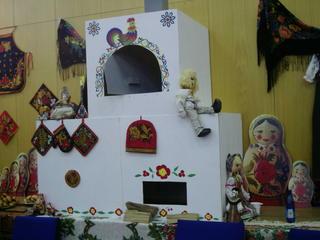 russische Ecke mit Ofen #1 - Landeskunde, Russland, russisch, Tradition, Brauchtum, Ofen, Ausstellung, Matroschka