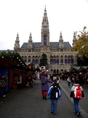 Rathaus Wien - Österreich - Wien, Rathaus, Rathausplatz, Gebäude, Christkindlmarkt, Marktstände, Neugotik, Turm, Symmetrie, symmetrisch, Landeskunde Österreich
