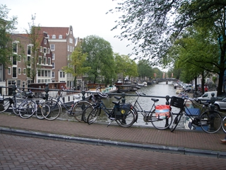 Amsterdam: Gracht, Hausboot, Fahrräder, alte Häuser - Fahrrad, Rad, Hausboot, Amsterdam, Gracht, Schiff, Wasser, Leben