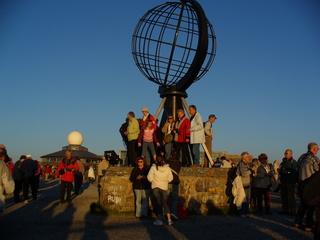 Nordkap 3 - Nordkap, Nordkapkugel, Mitternacht, taghell, Menschenmassen, Himmel, Besucher, Touristen, Kugel, Globus