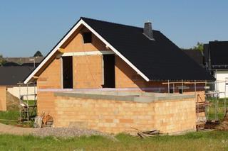 Hausbau - Haus, Hausbau, Rohbau, Einfamilienhaus, Handwerk, Handwerker, Garage, Dach, Dachziegel, Mauer, Mauerwerk, Gerüst, Neubau, Wohngebäude, Wohnhaus