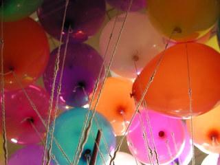 Ballons von unten - Ballons, Gas, Wasserstoff, elastischer Hohlkörper, ausdehnen, Gummi, Kunststoff, Naturkautschuk, Farben, bunt, Luft, schön, Schreibanlass, Auftrieb, Schnur