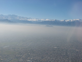 Smog - Luftverschmutzung, Chile, Santiago, Großstadt, Inversionswetterlage, Luftbild, Anden, Südamerika, Emission, Luftschadstoff, Kohlendioxid, Abgase, Verbrennung, Smog, Chemie