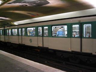 Metro in Paris - Metro, Paris, U-Bahn, Zug, Untergrundbahn, Verkehr, Landeskunde Frankreich, Bahnsteig, Gleis