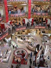 Galerie Lafayette 2 - Galerie Lafayette, Paris, Kaufhaus, Frankreich, einkaufen, Warenhaus, Einkaufszentrum, Etage, Stockwerk, Menschen, Beleuchtung, Landeskunde Frankreich, Draufsicht