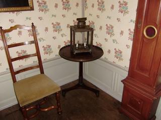 Zimmerecke mit Lampe - Lampe, Kerzen, Beleuchtung, Tapete, Blümchentapete, Beistelltisch, Stuhl