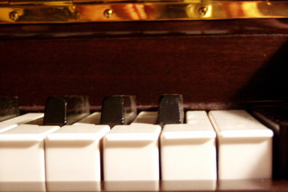 Klavier - Rätselbild #2 - Klavier, Klaviatur, Tasten, schwarz, weiß, Reflektion, Instrument, Rätsel