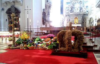 Erntedank #1 - Herbst, Erntedank, Erntedankfest, Erntekrone, Altar, Altarraum, Kircheninnenraum, Passau, Dom, Bischofskirche, Kürbis, Gemüse, Früchte