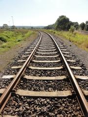 Eisenbahnschiene - Eisenbahn, Schiene, Eisenbahnschiene, Kurve, Biegung, Parallele, parallel, gekrümmt, Transport, Infrastruktur, Schotter, Schotterbett, Schwellen, Eisenbahnschwellen, Eisen, Stahl, Gleis