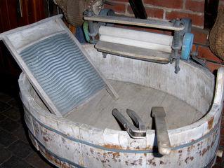 Waschzuber - Wäsche, waschen, Waschtag, Waschzuber, Waschbrett, Wäschezange, Wäschepresse, große Wäsche, Waschküche, Wasser, Seife, reiben, rubbeln, wringen, Bottich, Hausarbeit, Hausfrau, schmutzig, sauber