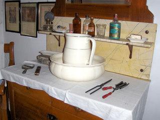 Waschtisch - Waschtisch, Schüssel, Kanne, Krug, Wasserkrug, waschen, gießen, Toilette, Hygiene, Wasser, Kommode, Spiegel, Brenneisen, Marmor, Schubladen, Seife, Porzellan