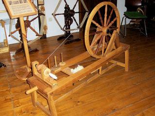 Spinnrad #2 - Spinnrad, spinnen, Flachs, Garn, Faden, drehen, Handwerk, Schwungrad, Physik, Kraftübertragung, Übersetzung, Geschwindigkeit