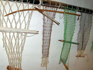 Fischernetze - Fischernetz, Netz, Netze, Fischerei, Meer, fischen, Fische, Fisch, fangen, Löcher, knüpfen, stricken, knütten, Nadel, Pluck, Arbeit, Maschen