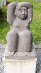 Skulptur Dieter Heuft #1 - Skulpturen, Skulptur, Dieter Heuft, Menschen, Basalt, Stein, Prozession, Prozessionsweg, Bildhauerei, Plastik, Säulenform, Frau, hockend