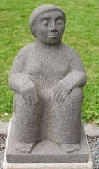 Skulptur Dieter Heuft #9 - Skulpturen, Skulptur, Dieter Heuft, Menschen, Basalt, Stein, Prozession, Prozessionsweg, Bildhauerei, Plastik, Säulenform, Frau, hockend