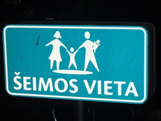 Eltern - Kind - Parkplatz in Litauen - Eltern, Kind, Kinder, Baby, Familie, Parkplatz, Parkplatzkennzeichnung, Schild, Verkehrsschild, Verkehrszeichen, parken, Auto, Fahrzeug, Litauen