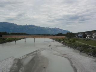 Rhein - Rhein, Rheinbrücke, Brücke, Grenze, Grenzfluss, Österreich, Schweiz, Holzbrücke, Fluss, Flussbett, Kies, Alpen, Gebirge