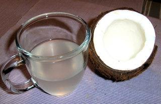 Kokosnuss #5 - Kokosnuss, Frucht, Steinfrucht, Schale, Fasern, Kokospalme, Fruchtfleisch, weiß, Hälfte, offen, Glas, Kokoswasser