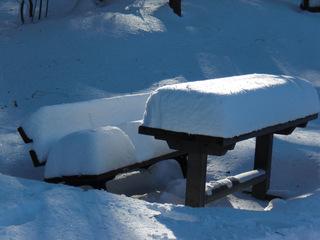 schneebedeckte Sitzgruppe - Winter, Schnee, Park, Bank, Tisch, Licht, Sonne, Schreibanlass, zugeschneit, verschneit, schneebedeckt