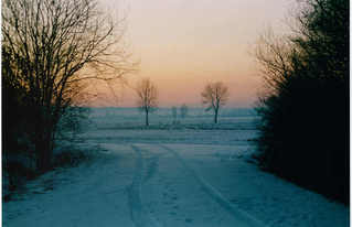 Winterlandschaft - Winterlandschaft, Franken, Schnee, Weg, Spur, kahl, Himmel, Farbe, Stimmung, karg, Dämmerung