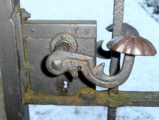 Altes Türschloss #1 - Schloss, Türschloss, Schlüssel, Kastenschloss, Tür, Pforte, Klinke, Türklinke, Schlüsselloch, Eisen, Rost, rostig, alt, schließen, öffnen, abschließen