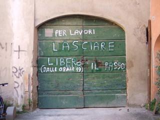 Schrift auf Tür - Baustelle, Tür, Warnung, Warnhinweis, Arbeiten, Toskana, Italien, Tor, Holztür