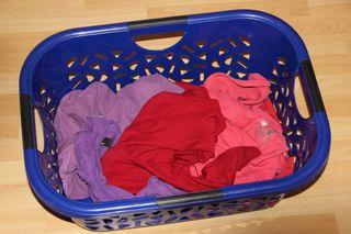 rote Wäsche - rote Wäsche, Wäsche waschen, Wäschekorb, Textilien, Schmutzwäsche, Wäsche, Maschinenwäsche, Waschmaschine, Dreckwäsche, Buntwäsche, Wäschekorb, Wäsche sortieren, Farben, Textilart, schmutzige Wäsche, sortiert, schmutzig, waschen, Haushalt