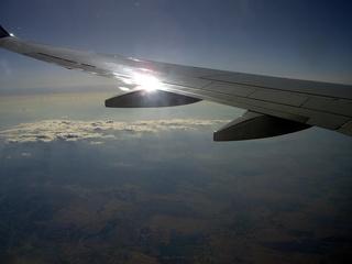 Blick aus dem Flugzeug - Flugzeug, Flügel, Wolken, Sonne, Sonnenstrahlen, Lufthülle, Atmosphäre