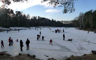 Winterimpressionen - Schlittschuhläufer, Winter, Frost, Eis, Schnee, Jahreszeit, bewegen, kalt, frieren, gefrieren, gefroren, zugefroren, Schlittschuhlaufen, Eislaufen, Eisfläche, Wintervergügen, Dichte, Physik, Aggregatzustand